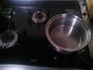 鍋でお湯を沸かしましょう